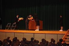 生徒会役員の生徒からの花束贈呈